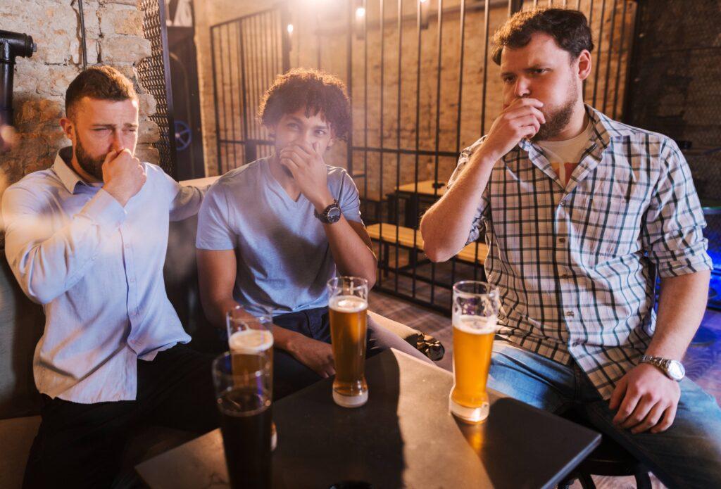 śmierdzące bąki w towarzystwie i ucieczka - winowajca uciekł, a trzech kolegów przy piwie zostało i zaciskają nosy