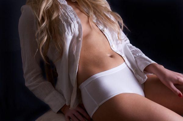 przeciwbąkowe majtki damskie klasyczne o wysokim stanie na ciele szczupłej modelki