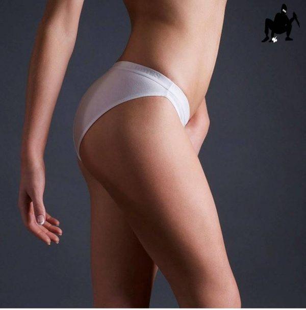 antybąkowe figi damskie białe widziane z boku na ciele szczupłej modelki
