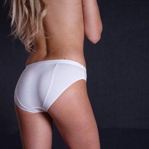 antybąkowe figi damskie białe na szczupłej modelce widzianej z tyłu