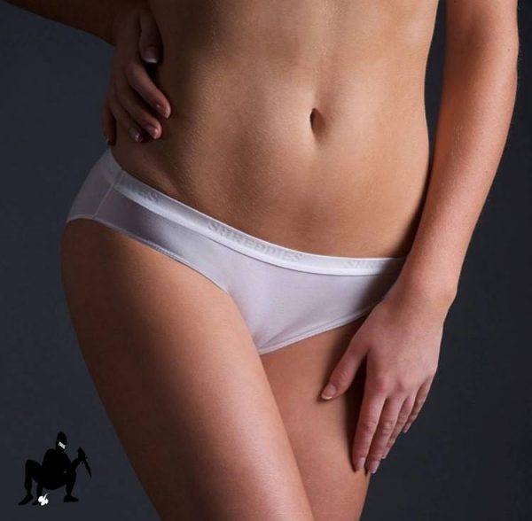 antybąkowe figi damskie białe widziane z przodu na ciele szczupłej modelki
