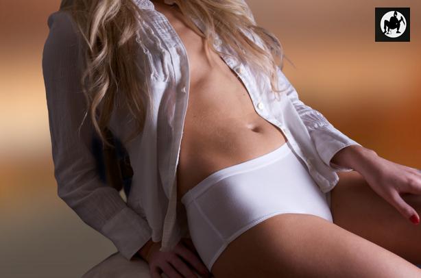 klasyczne majtki na bąki damskie antybąkowe bielizna damska o wysokim stanie na blond modelce, ubranej w biała koszulę, na zdjęciu widać wyłącznie tors