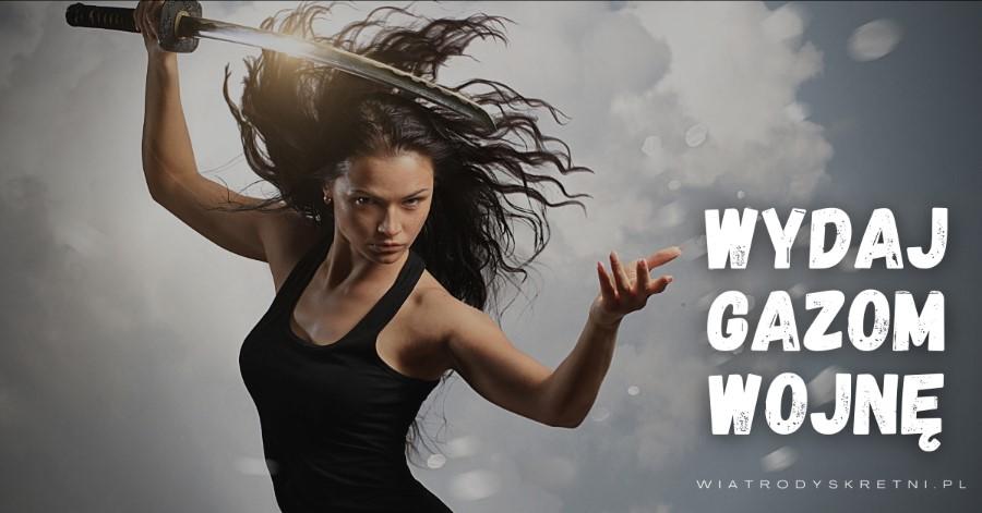 młoda kobieta z rozwianymi włosami i japońskim mieczem wwalecznej pozycji i napis wydaj gazom wojnę - reklamuje majtki na bąki firmy wiatrodyskretni